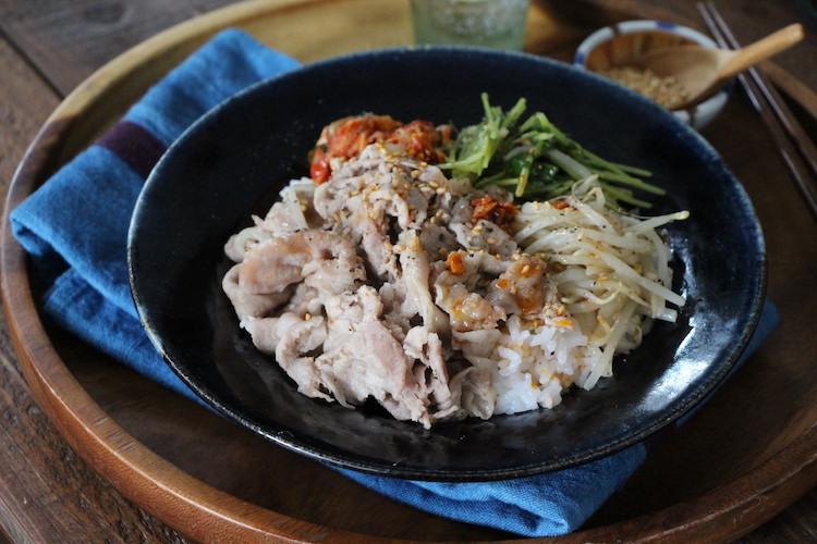 器に温かいご飯を盛り付け、4、キムチをバランスよくのせる。ごまをふり、お好みでラー油少々(分量外)を垂らす。