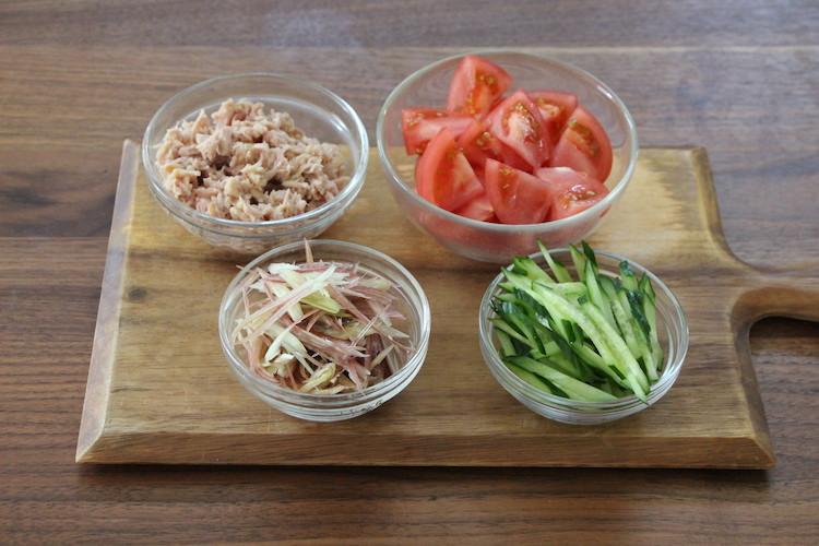 トマトはへたを切り落とし、12等分のざく切りにする。きゅうり、みょうがはせん切りにする。