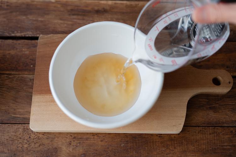 「割烹白だし」と水を合わせて冷蔵庫で冷やしておく。