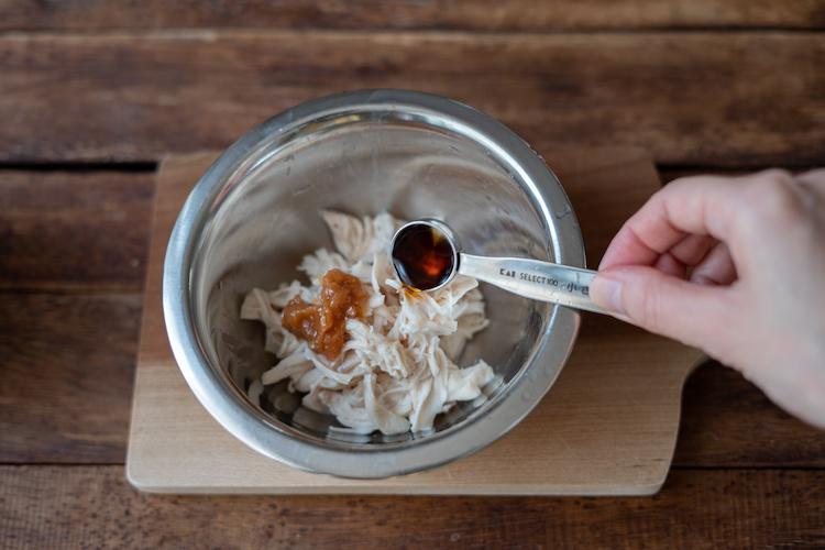 1のささ身を細かく裂く。ボウルに入れ、種を除いてたたいた梅干しと【B】を加えて混ぜ合わせる。