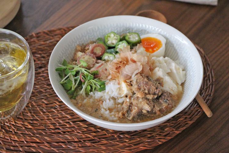 器に温かいご飯、スプーンですくった豆腐、1の具材をバランスよく盛り付ける。2を流し入れ、かつお節をのせる。