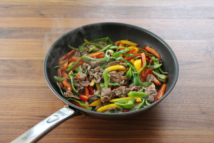 温めたフライパンにごま油、赤唐がらしを入れる。牛肉を加え、中火前後で肉の色が半分ほど変わるまで炒めたら、ピーマン、パプリカを加え、2分ほど炒める。