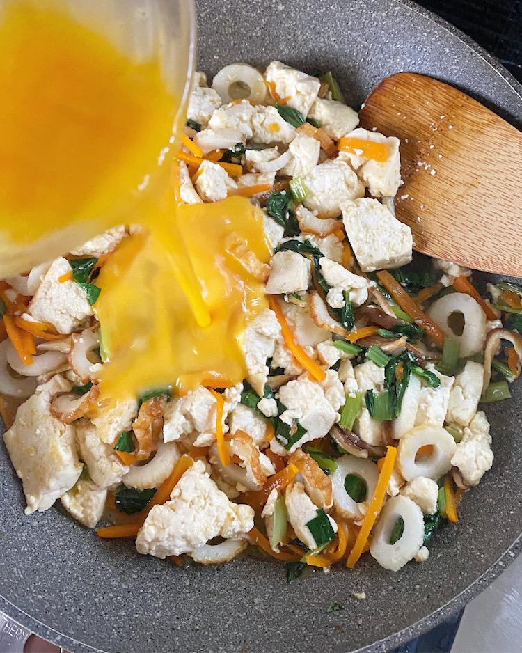 汁気が少なくなってきたら溶き卵を回し入れ、炒め合わせる。