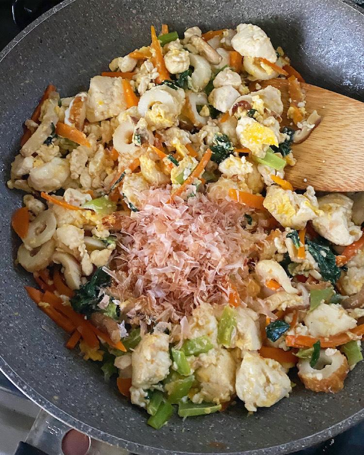 卵が固まったらかつお節を加え、全体をさっくり混ぜ合わせる。