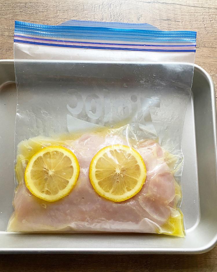 ジッパー付き保存袋などに1と【A】を入れ、よく揉みこむ。冷蔵庫に入れて30分ほどおく。